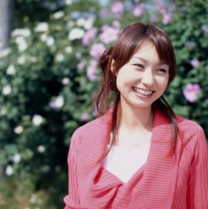 花と笑顔の女性の写真素材 [FYI02064339]