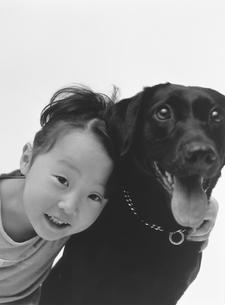 女の子と犬の写真素材 [FYI02064358]