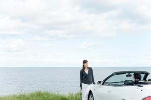 海と車とカップルの写真素材 [FYI02064360]