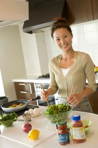 キッチンでサラダを作る女性の写真素材 [FYI02064361]