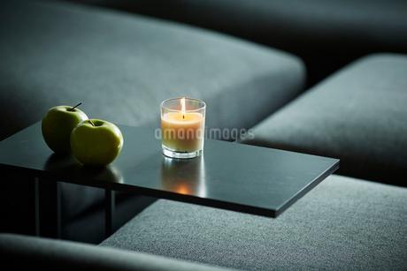 テーブルの上の青りんごとキャンドルの写真素材 [FYI02064386]