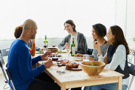 ホームパーティーをする外国人と日本人の写真素材 [FYI02064389]