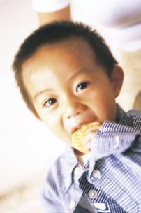 せんべいを食べる男の子アップの写真素材 [FYI02064393]