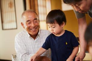 孫と祖父母の写真素材 [FYI02064406]