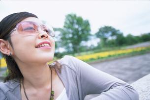 サングラスをかけた女性アップの写真素材 [FYI02064436]