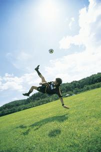 公園でサッカーをする男性の写真素材 [FYI02064473]