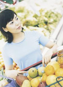 スーパーマーケットで買い物をする女性の写真素材 [FYI02064486]