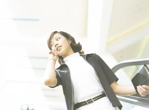 携帯電話をかける女性の写真素材 [FYI02064502]