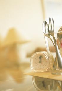 時計と食器の写真素材 [FYI02064514]
