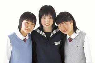 並ぶ制服の女子学生の写真素材 [FYI02064517]