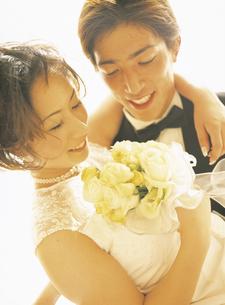 花嫁を抱く花婿の写真素材 [FYI02064526]