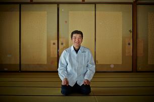 和室に座る割烹料理店の白衣姿の男性の写真素材 [FYI02064568]