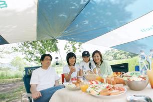 バーベキューする家族4人の写真素材 [FYI02064578]