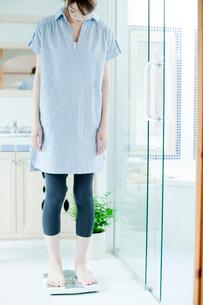 体重計にのる女性の写真素材 [FYI02064615]
