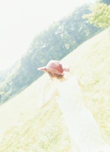 赤い帽子の女性後姿の写真素材 [FYI02064623]