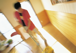 部屋を掃除する男性の写真素材 [FYI02064640]
