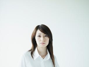 白いシャツの女性ポートレートの写真素材 [FYI02064648]