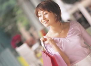 ショッピングする女性の写真素材 [FYI02064672]