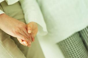 手をつなぐ女の子と母親の写真素材 [FYI02064691]