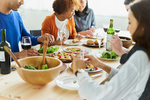 ホームパーティーをする外国人と日本人の写真素材 [FYI02064710]