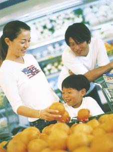 スーパーマーケットで買い物をする家族の写真素材 [FYI02064717]