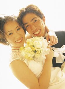 花嫁を抱く花婿の写真素材 [FYI02064722]