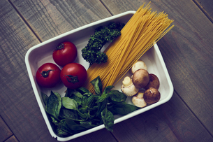 バットの中のパスタと野菜の写真素材 [FYI02064734]