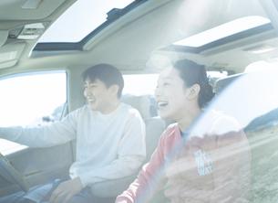 ドライブするカップルの写真素材 [FYI02064750]