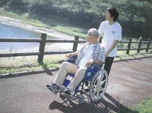 川と車椅子の老夫婦の写真素材 [FYI02064757]
