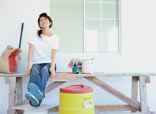 ペンキ塗り作業台に座る女性の写真素材 [FYI02064774]