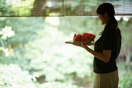 スイカを持つ女性の写真素材 [FYI02064790]