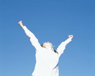 青空と手を伸ばす女性の写真素材 [FYI02064844]