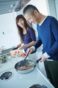 料理をするミドル夫婦の写真素材 [FYI02064858]