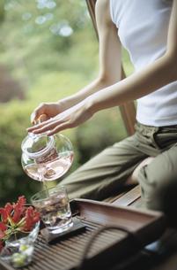 お茶を注ぐ女性の写真素材 [FYI02064870]