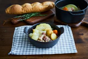 ポトフとフランスパンの写真素材 [FYI02064872]