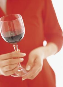 ワイングラスを持つ手元の写真素材 [FYI02064906]