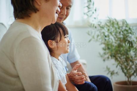 シニア夫婦と女の子の写真素材 [FYI02064911]