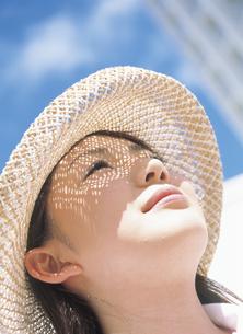 帽子をかぶる女性の写真素材 [FYI02064930]