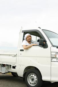 軽トラックに乗る男性の写真素材 [FYI02064937]