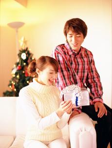 ギフトボックスを持つカップルの写真素材 [FYI02064981]