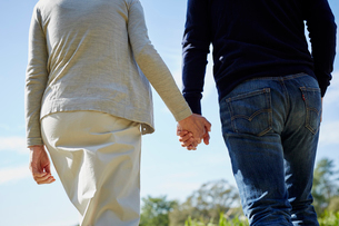 手をつなぐミドル夫婦の後ろ姿の写真素材 [FYI02064983]