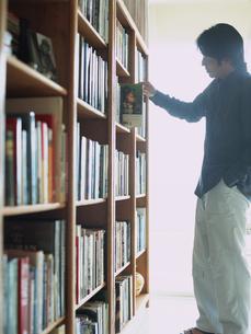 本棚と男性の写真素材 [FYI02064999]