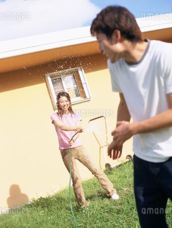 水をかけ合うカップルの写真素材 [FYI02065006]