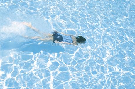 プールで泳ぐ女性の写真素材 [FYI02065011]