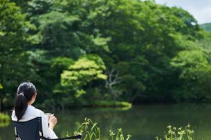 水辺でくつろぐ女性の写真素材 [FYI02065016]
