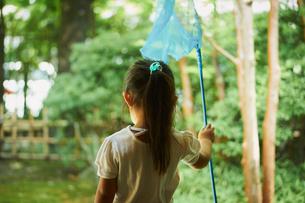 虫取り網を持った女の子の写真素材 [FYI02065017]