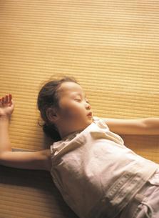 畳で眠る女の子の写真素材 [FYI02065047]
