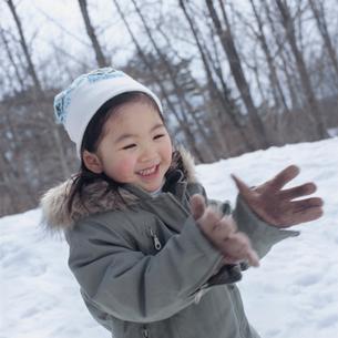 雪で遊ぶ女の子の写真素材 [FYI02065051]