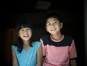 笑顔の男の子と女の子のポートレートの写真素材 [FYI02065061]