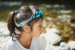 川遊びをする女の子の横顔の写真素材 [FYI02065066]